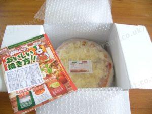 通販の冷凍ピザが梱包された状態