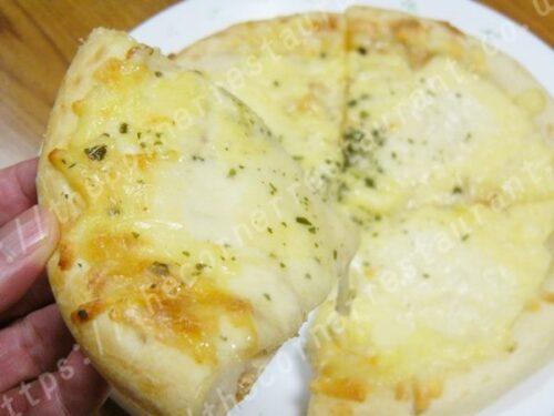 ①ナポリ風4種類のチーズ入りピッツァの焼き上がり姿