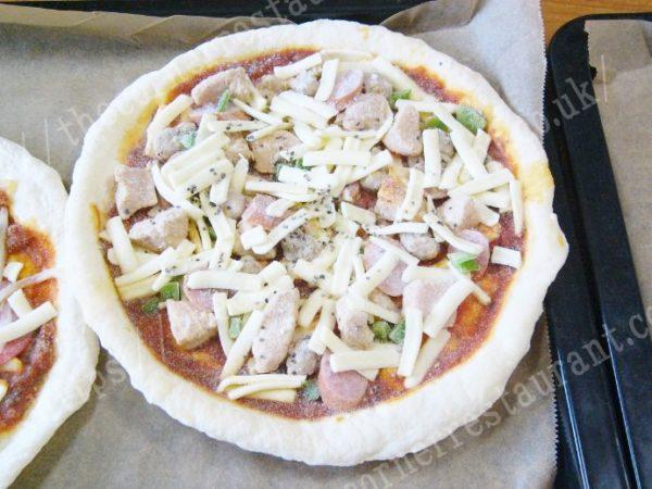 スパイシーチキンピザを調理