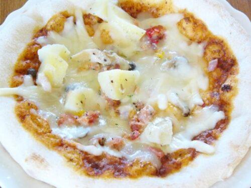 3種類のきのことベーコンポテトのデミグラスソースチーズピザを調理した姿